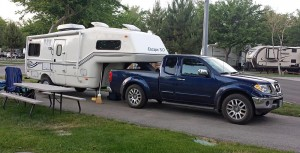 Compact fifth wheel rig